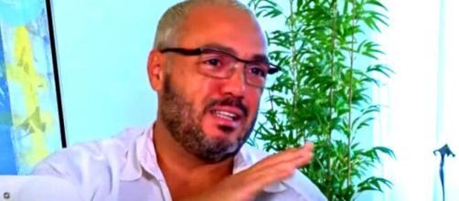 Cantor Belo se emocionou várias vezes durante a entrevista (Reprodução/YouTube/Metrópoles)