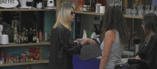 GF Vip, Samantha difende Mello, Stefania sbotta: 'Non ti mettere in mezzo'.