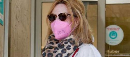 Lydia Lozano entrando al hospital
