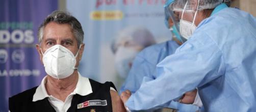 Sanitarios jubilados contratados en Madrid como ayuda en período de vacunación