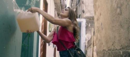 """Bibi joga gasolina na casa de Carine em """"A Força do Querer"""". (Reprodução/Rede Globo)"""