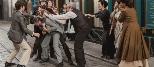 Una vita, anticipazioni: Santiago prende a pugni Felipe in mezzo alla strada.