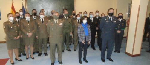 Robles y mandos de las FAS posan junto a los soldados condecorados
