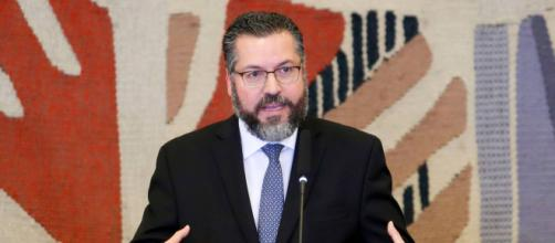Ernesto Araújo mostra idolatria por Bolsonaro em entrevista. (Arquivo Blasting News)