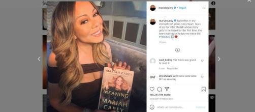 Mariah Carey junto a su autobiografía en un post publicado en su cuenta de Instagram