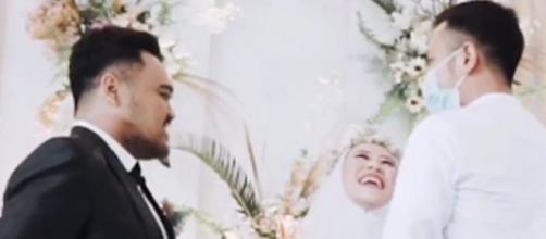 El novio mostraba un rostro incómodo mientras su futura esposa abrazaba a su ex