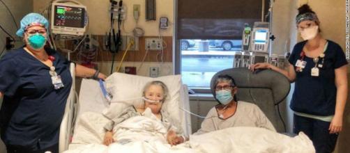 pareja de ancianos hospitalizada con Coronavirus