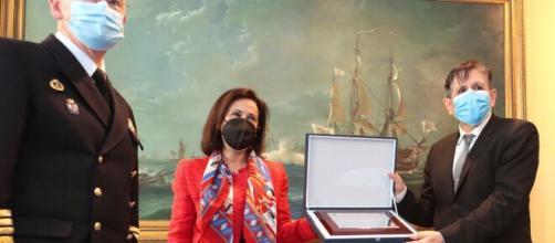 Robles entrega la placa al presidente de la APDEF en presencia del general Meijide