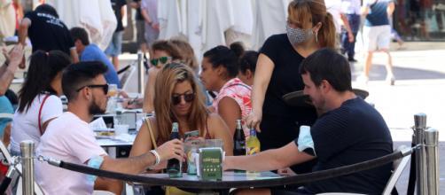 Según Ayuso, la gente tiene el hábito de sacarse la mascarilla en los restaurantes e instaura su obligatoriedad.