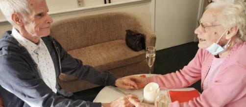 Sono sposati da 60 anni. Si rivedono dopo 12 mesi a causa del coronavirus.