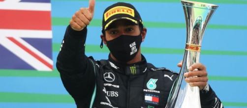 F1, Lewis Hamilton rinnova con la Mercedes.