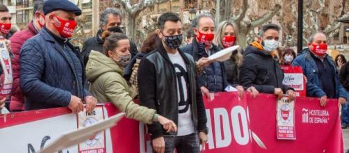 """Los hosteleros piden """"ayudas directas ya"""" y protestan ante Hacienda."""