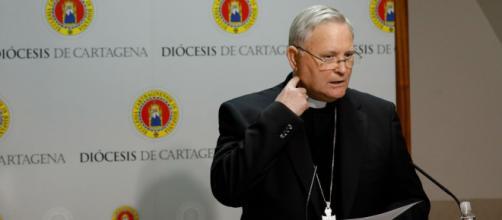 Obispo de Cartagena se vacuna haciéndose pasar por capellán