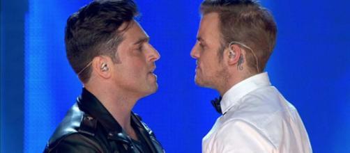 Álex Casademunt y David Bustamente cantando 'Dos hombres y un destino' en el concierto de OT: El Reencuentro (RTVE)