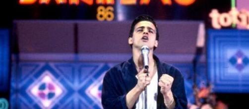 Eros Ramazzotti sul palco di Sanremo nel 1986.
