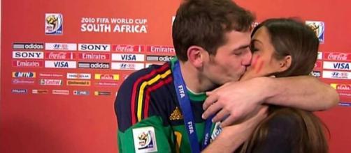 El beso que Iker le dio a Sara Carbonero en el Mundial de Sudáfrica fue un bombazo televisivo que confirmaba su relación (Twitter @TuitsMeme)