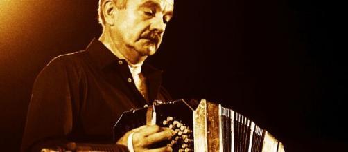 Astor Piazzolla è nato l'11 marzo del 1921 in Argentina da genitori italo-argentini. È considerato un musicista innovatore.