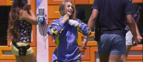 Carla Diaz abraça Arthur em retorno (Reprodução/Globoplay)