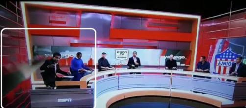 El periodista pudo moverse para que la pantalla no le golpeara la espalda (Fuente: Twitter @AtlanticoEmi)