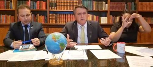Bolsonaro se diz um democrata, mas flerta com a ditadura (Reprodução/YouTube)