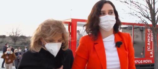 Isabel Díaz Ayuso y María Teresa Campos durante su intervención en el programa. (Captura de pantalla)