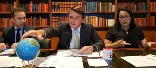 Bolsonaro em live semanal nesta última quinta-feira (11) (Reprodução/Facebook)