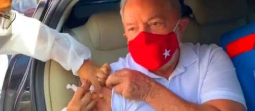 Ex-presidente Lula sendo vacinado neste sábado (Foto: frame Facebook de Lula)