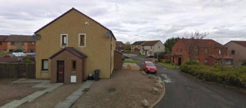 La casa de Cove, Escocia, donde por más de una década un hombre convivió con su esposa muerta. (Imagen Street View)