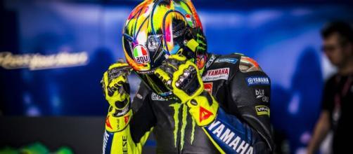 Valentino Rossi sul tracciato di Losail per i test della MotoGp.