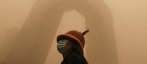 Pechino travolta da una tempesta di sabbia.