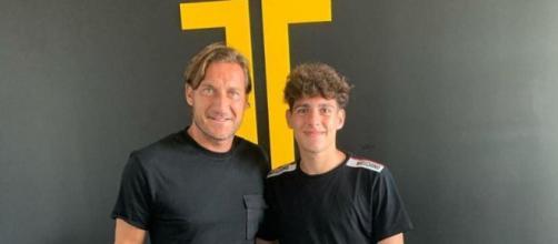 Francesco Totti e il giovane Luis Hasa.