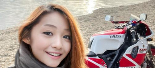 La joven influencer japonesa con su moto detrás en uno de sus viajes por Japón (@azusagakuyuki)