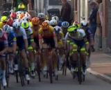 Mathieu van der Poel in testa al gruppo con il manubrio rotto.