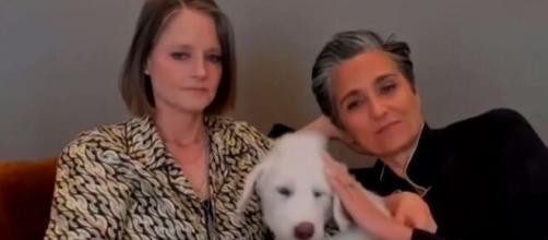 Jodie Foster en pijama, con su pareja y su perro, recibe el galardón como mejor actriz de reparto por 'The Mauritanian'.