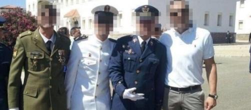 La mano enguantada de un militar esgrime un saludo de los neonazis con el pulgar, el índice y el dedo medio (Twitter)