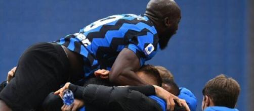 L'esultanza dei giocatori dell'Inter dopo un gol, una scena già vista sessanta volte nell'attuale campionato.