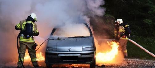 Los bomberos apagan un coche incendiado (Pixabay)