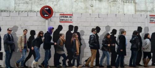 Personas en paro hacen cola para acceder a la oficina de empleo (Flickr)