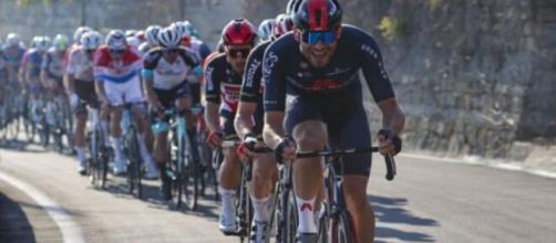 Il Team Ineos in testa al gruppo sul Poggio.