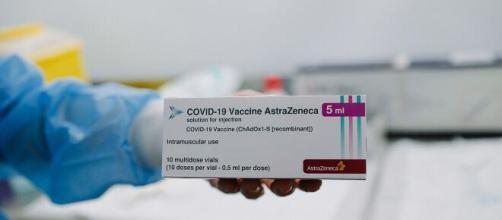 Una confezione del vaccino AstraZeneca contro la COVID-19.