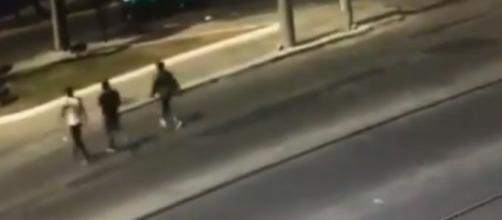 Mientras los asaltantes cruzaban la calle el conductor aprovechó para atropellarlos. (Fuente: Twitter @RamkarC)