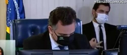 Assessor de Bolsonaro faz gesto polêmico em sessão (Reprodução/TV Senado)