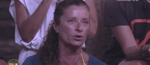 Isola dei famosi, Valentina Persia non riesce ad accendere il fuoco: 'Spero che gli altri non siano così arrabbiati'.