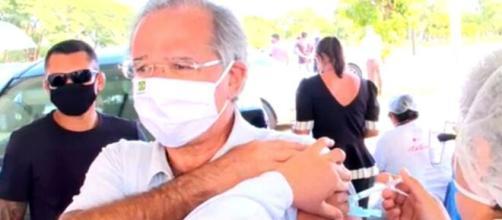 Paulo Guedes toma primeira dose da vacina contra a Covid-19 (Reprodução/TV Globo)