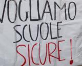 Un cartellone per protestare contro la mancata sicurezza nelle scuole