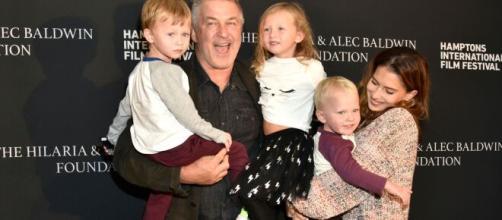 Alec Baldwin junto a su esposa y algunos de sus hijos (Twitter @ The Sun.co.uk).
