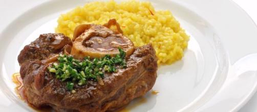 Ossibuchi alla milanese, un piatto gustoso della tradizione lombarda.