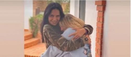 Emotivo abrazo de Rocío Flores a Olga Moreno en su despedida (captura de pantalla)