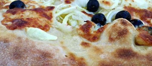 Pizza con cipolle e olive tipica della Francia.