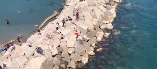Napoli, molte persone violano la zona rossa, gente a prendere il sole.